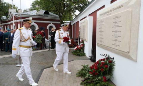 """KRONSHTADT, ST PETERSBURG, RUSSIA - JULY 25, 2020: Servicemen lay flowers during a ceremony to unveil a memorial to Russian Navy Admirals - Governors of Kronshtadt at Patriot park of the Russian Western Military District on the eve of Russian Navy Day. Alexander Demianchuk/TASS  Ðîññèÿ. Ñàíêò-Ïåòåðáóðã. Êðîíøòàäò. Âîçëîæåíèå öâåòîâ âî âðåìÿ öåðåìîíèè îòêðûòèÿ ìåìîðèàëà àäìèðàëàì Ðîññèéñêîãî ôëîòà – ãóáåðíàòîðàì Êðîíøòàäòà íà òåððèòîðèè Êðîíøòàäòñêîãî äîêîâîãî àäìèðàëòåéñòâà ïàðêà """"Ïàòðèîò"""" Çàïàäíîãî âîåííîãî îêðóãà. Îòêðûòèå ïðèóðî÷åíî êî Äíþ âîåííî-ìîðñêîãî ôëîòà ÐÔ. Àëåêñàíäð Äåìüÿí÷óê/ÒÀÑÑ"""